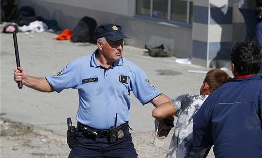 الشرطة الكرواتية تطلق الكلاب على اللاجئين وتسرق مقتنياتهم
