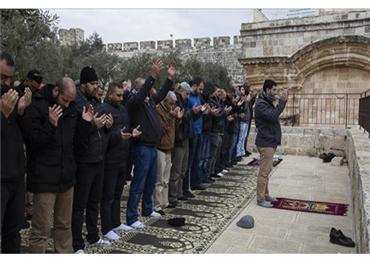 """لأول مرة منذ 16 عاما.. فلسطينيون يصلون في """"باب الرحمة"""" بالأقصى"""